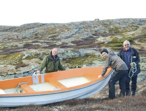 Samarbeid: Her trekk fjordingane Ragnar Ystanes og Steinar Langesæter inn ein båt saman med oddingen Runar Johanson (i midten) i Ullensvang statsallmenning. Fordeling av fjellstyra sine båtar, hytter, garnfiske og fellingsløyve i den nye kommunen er ikkje avklart.