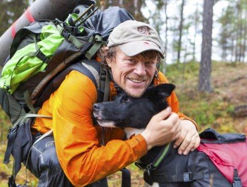 På viddatur: Gjennom heile sommaren skal Lars Monsen ta med seg det norske folk på tur. Første ruta er på Hardangervidda der han skal gå frå Dyranut til Tuva. Foto: Håvard Jenssen/NRK