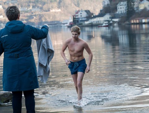 Friskt: Jonatan Rygg badar ved båthamna i Odda 26. februar.