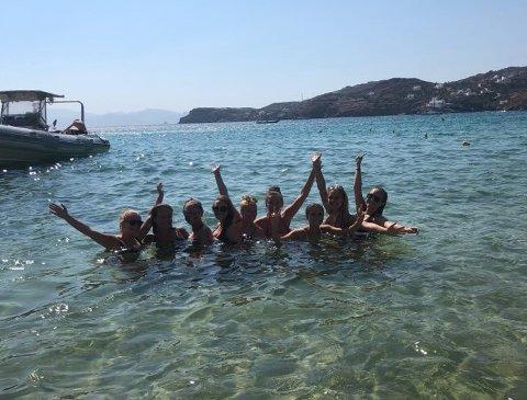 Venninnene har kost seg på tur til ferieøya Ios i Hellas. F.v. Oda Rossebø Knudsen, Siril Klovning, Ingri Bjordal, Emma Wade, Hanne Nesheim Kristiansen, Astrid Kalland-Olsen, Frida Alendal, Feyme Mestanli og Emilie Sørhaug.