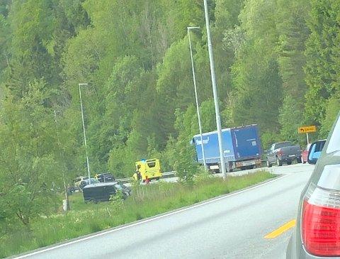 En bil havnet utenfor veien, mens den andre traff autovernet.
