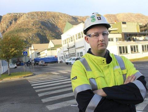 Bekymret: Rune Krutå framhever at en økning i prisen på strøm på ti øre per kWh gir en merutgift på 290 millioner kroner hvert år for Alcoa. Foto: Jon Steinar Linga