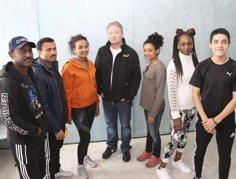 STADIG FLERE: Avdelingsleder Rune Lie Gjeseth ved SVS (i midten) sammen med et knippe av skolens fremmedspråklige elever.Foto: Jarl G. Sandholm
