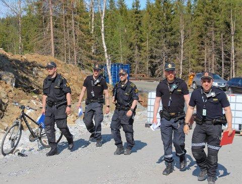 Klar til aksjon. Seks politifolk måtte til for å løse opp demonstrasjonen  mot vindkraft i fjellene sørvest for Mosjøen torsdag kveld.