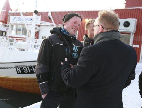 STRUKTURERINGSBREMS: Fisker Jens E. Johnsen er redd samling av flere kvoter på ett fartøy vil føre til dårligere kvalitet på fangsten. Han ber fiskeriministeren sette på bremsen, og ble glad for svaret fra Per Sandberg: Det er ikke aktuelt å strukturere fartøy under 11 meter nå.alle foto: anniken renslo sandvik