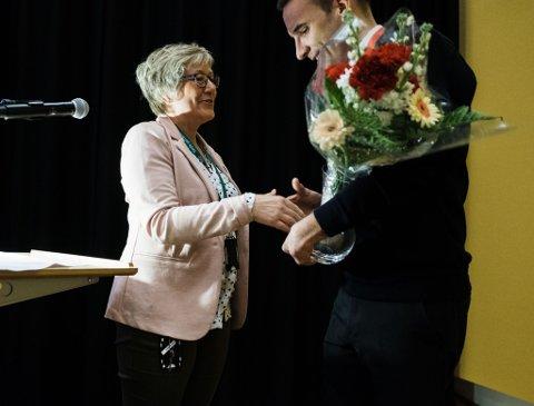 Fikk blomster: Varaordfører Catrine Rosanoff Aronsen (Ap) overbrakte blomster til 10-årsjubilanten Vardø sjøtrafikksentral, her representert ved sjøtrafikksentralsjef Ståle Sveinungsen.
