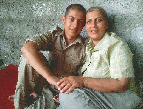 SAMMEN MED SØNNEN: Her er Shayesta med sin sønn i geriljakrig mot Iranske myndigheter. Mens Shayesta og familien dro til Norge, ble Wafa igjen i Irak. Foto: Privat