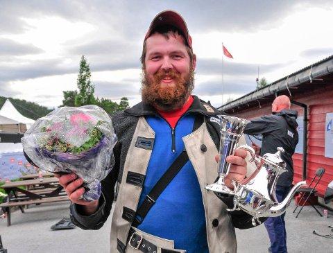FAVNEN FULL AV TROFEER: En fornøyd skytterprins Daniel Sørli hanket med seg edelt sølv hjem fra årets landsskytterstevne.