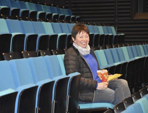 SNURRFILM: Vigdis Jakobsen ser fram mot den første filmvisningen i kultursalen på nye Bjørkelangen skole. Foto: Kristine Eid