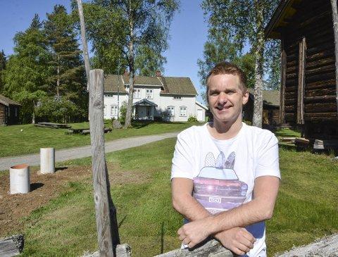 GLEDER SEG: Aarrangementansvarlig Halvard Tønneberg gleder seg til sesongåpning ved Aurskog-Høland bygdetun. Foto: Anne Enger Mjåland