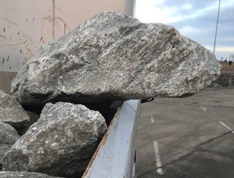 LIVSFARLIG: Statens vegvesen reagerer på plasseringen av denne steinen, og anslår at den veier mellom 100 og 200 kilo.