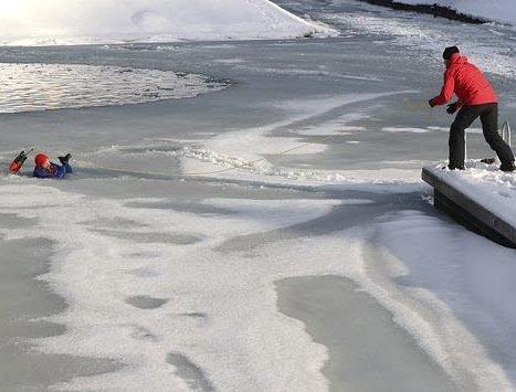 Pass deg for utrygg is: Isen kan se så forlokkende ut, men synet kan bedra. Foto: Redningsselskapet