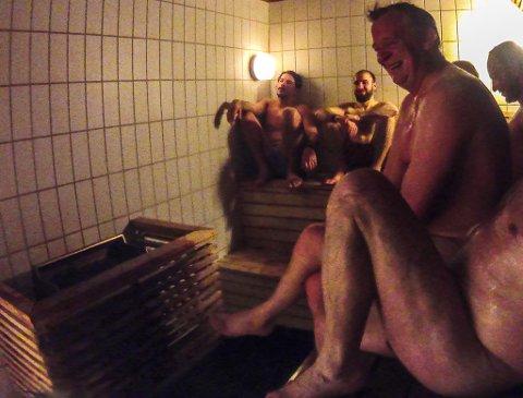 LATTER: Mye og humor står på menyen i badstua når gutta skal koke. Arne Jørgensen, Odd Håvard Eliassen og Bjørnar Moen er klar til å koke.
