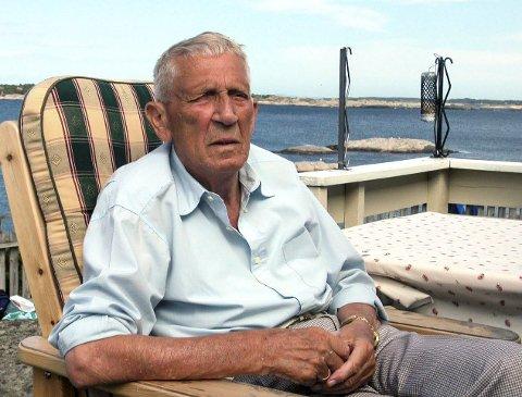 Rino Harveg slapper av i godstolen på terrassen til hans sommeratelier på Rauane.