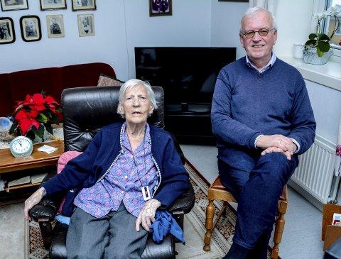 Lovise Tyvand (96) i sin leilighet i Sannidal sammen med sin eldste sønn, Per Olav.