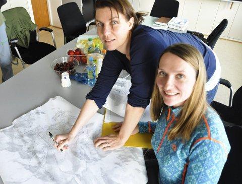 Tegner kartet: Karianne Steen og Kjersti Isdal jobber med å kartlegge nærfriluftsområder, stier og turløyper i Lofoten i nært samarbeid med lofotingene. Foto: Ingvil V. Tallaksen