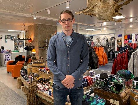 Erik Olsen og Lofoten Gaver og Brukskunst har spesialisert seg på produkter og suvenirer myntet på utenlandske turister. Han er glad for at butikken har flere bein å stå på, og at lokalbefolkningen støtter opp.