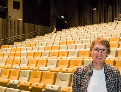 Arrangementsansvarlige Jann-Magne Kasteng-Jakobsen holder koronasikker avstand på Meieriet kultursenter.