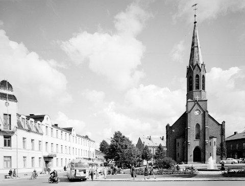 Moss Kirke 1963: Bussene og de få bilene tyder på god plass i trafikken den gangen. Akkurat denne delen av byen har ikke forandret seg så mye.Alle foto: Johan Rynnås