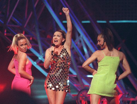 KORT OG GODT: Den australske artisten Gina G representerte Storbritannia under finalen i Oslo Spekturm i 1996. Foruten låta, vakte hennes korte kjole mye oppmerksomhet. Her et bilde fra generalprøven.