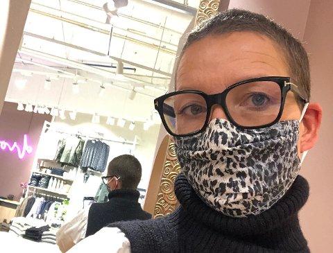 Lene Brobakken er en av to innehavere i klesbutikken. Hun sier at det var en tøff beskjed å få at de fortsatt må holde stengt.