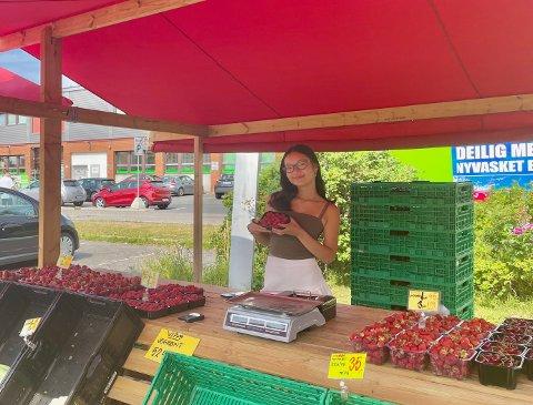 Flere kunder drar innom jordbærboden bak Lambertseter senter, hvor Vivian jobber som selger.