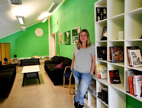 Sigrid Sveen forteller at ungdommene ofte er oppe på hemsen både i friminutter og etter skoletid.