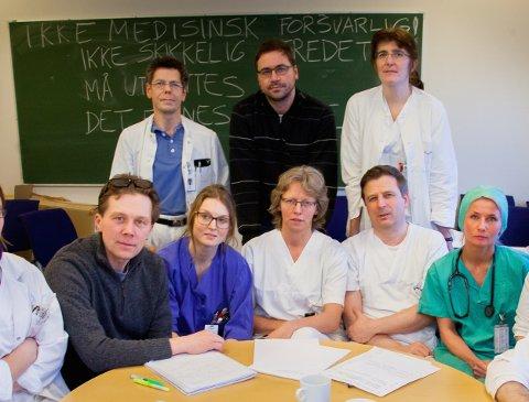 Gabriel Kral (bakerst, til venstre i bildet) var overlege ved UNN. I februar 2013 deltok han i et legeopprør mot sykehus-kutt som legene mente ville ramme pasientenes sikkerhet. Noen måneder senere døde han selv i akuttmottaket på sykehuset. Helsetilsynet har slått fast at Kral ikke fikk forsvarlig helsehjelp. Foto: Lina Livsdatter