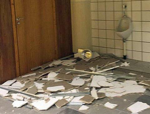 KNUSTE TAKPLATER: Slik så toalettet på skolen ut etter nyttårsballet.