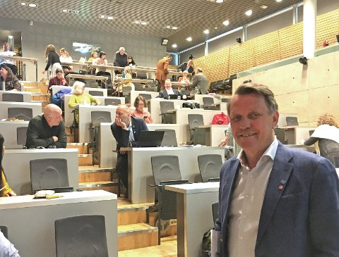 AVSTAND: Gunnar Wilhelmsen ønsket velkommen til en kommunestyresal der politikerne skulle unngå nærkontakt.