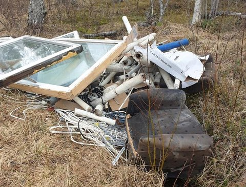 UAKSEPTABELT: Jannike Furuly Kristiansen ber de som har dumpet avfallet om å hente det.