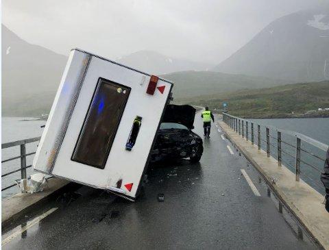 TATT AV VINDEN: Bildet viser hvordan bilen har blitt kastet rundt og står i motsatt retning av hvor den kom fra. Føreren kom uskadd fra hendelsen.