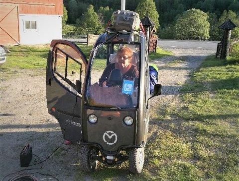 Solveig Andersen kjører land og strand rundt i handikapskuteren med en toppfart på 10 kilometer i timen.