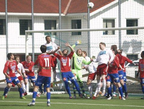 Folksomt foran buret: Keeper Øystein Lunden Slåttsveen og de øvrige spillerne til Søndre Land fikk i store perioder av kampen nok med å forsvare seg mot nabo-rivalene fra Nordre Land.                                                                                                                                  foto: hans ove danielsen