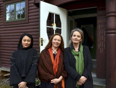 TRE SAMMEN: Li Daiyun, Beate Juell og Helle Kaarem fylte opp alle ledige rom i Galleri Fjordheim i utstillingen som åpnet lørdag.FOTO: Hans Olav Granheim