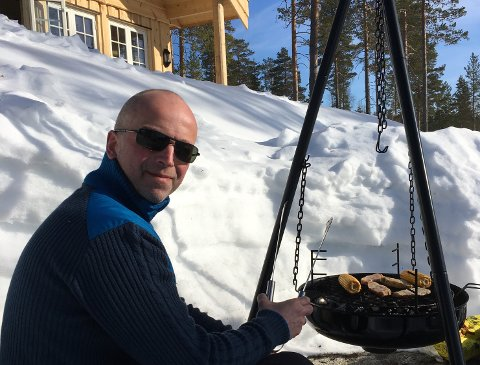 DAGSTURER TIL HYTTA: Terje Slettum utenfor sin nybygde hytte på Trevatn.
