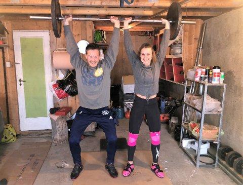 PAR I TUNGE LØFT: Linda Kolobekken og Åsmund Rykhus trener mye sammen i garasjen ettersom Åsmund er i karantene hver gang han er hjemme på Gjøvik.