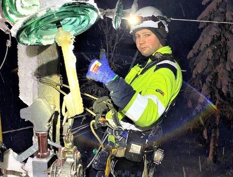 HØYT OG LAVT: Nicklas Helli er en av Elvias montører som har jobbet iherdig med å rette opp strømbruddene i de siste ukene.