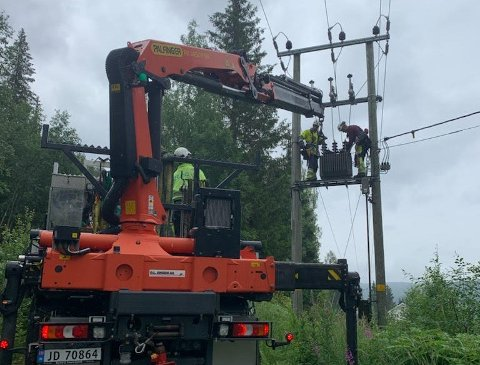 PÅ JOBB: Her er et montørlag på jobb i Etnedal. De monterer ny trafo etter at lynet ødela den gamle.