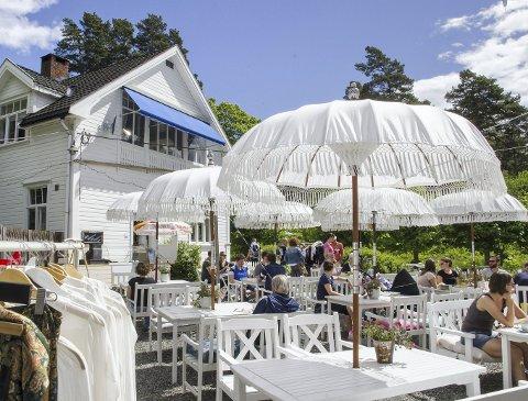 Sommeridyll: Hvite møbler og parasoller setter stemningen på uteserveringen ved Svartskog kolonial. Klær, møbler, ting og tang står også på menyen.