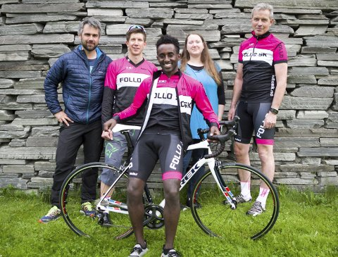 SYKKEL til satsing: Yonas Tesfamichael Teklemariam smiler fra øre til øre etter ha fått utlevert sin nye sykkel. Bak Robert Kay (Yr sport), Jørgen Feldt (Follo SK), Silje Kristensen (Vestby kommune) og Oskar Kleven (Follo SK).