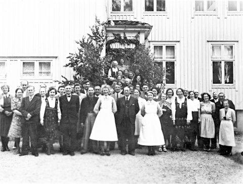 FOLLO TUBERKULOSEHJEM: Fra en sammenkomst på tuberkulosehjemmet ca. 1940. I bunad til venstre sees Dotta Eskerud og i midten står dr. Sigurd Holmboe Sødring, hjemmets faste lege fra 1919 til 1952.