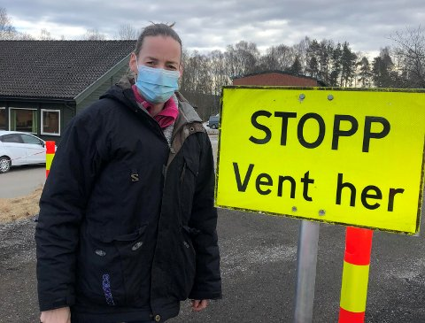 REAGERER: Anne Folkestad og barna skulle ta koronatest ved testsenteret. Det bød på utfordringer. Nå ønsker hun endring hos kommunen.