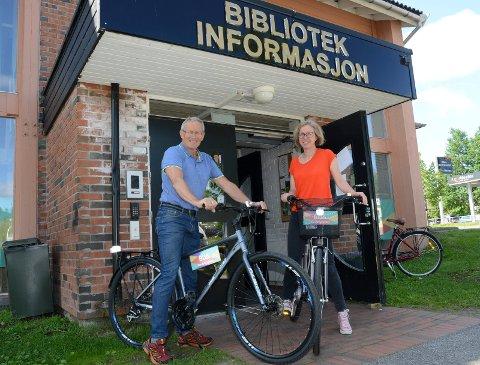RASKT OG LETTVINT: Malin Jansson og Erik Aagaard  anbefaler å bruke landsbysykkelen for en tur i landsbyen Flisa.