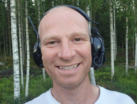 TRIVES I JOBBEN: Ole Kristian Dahl tar på seg arbeidsklærne og et stort smil, enten det er strålende sol eller bitende kaldt.
