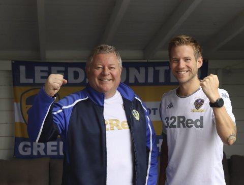 OFTE PÅ TUR: Martin (56) og Stian (34) er i Leeds en til to ganger i året. De har til og med blitt kjent med noen lokale Leeds-supportere, som de møter på kampdager.