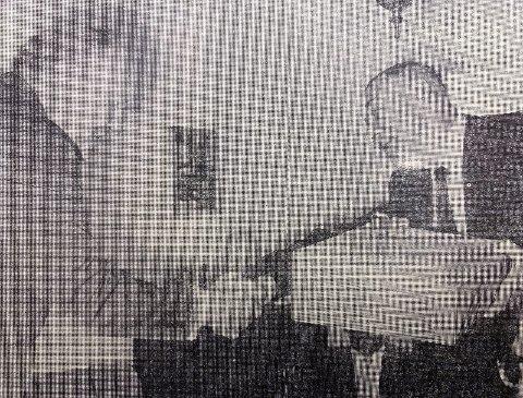 GAVE: Styreformann Knut A. Knudsen overrekker Bjercke gaven fra styret.
