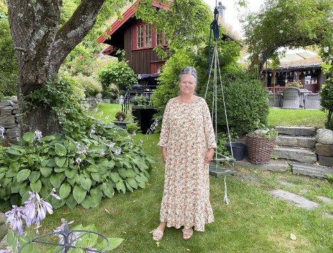 HERSKAPELIG: Helga Kristin Pedersen (71) har sammen med mannen jobbet med hagen i Valleveien i 15 år. – Tanta mi bodde i England, så jeg var mye der borte og har vel henta inspirasjon derfra, sier hun.