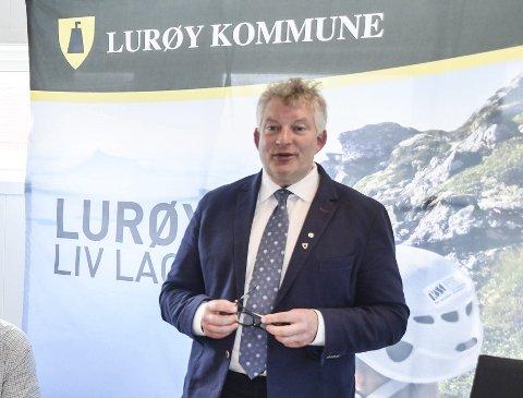 TA TELEFONEN: – Nå kan du påvirke framtida til Lurøy. Det gjør du ved å svare på opinionsundersøkelsen om ny kommunestruktur, sier ordfører Carl Einar Isachsen i Lurøy. Foto: Arne Forbord