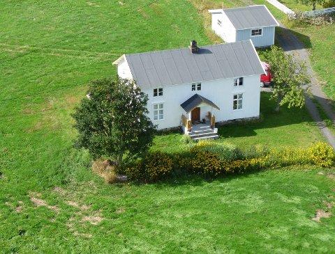 Det 11 meter lange Nordlandhuset ligger på Nordnesøy, ved den rolige stranden i Nordnesøyvågen.